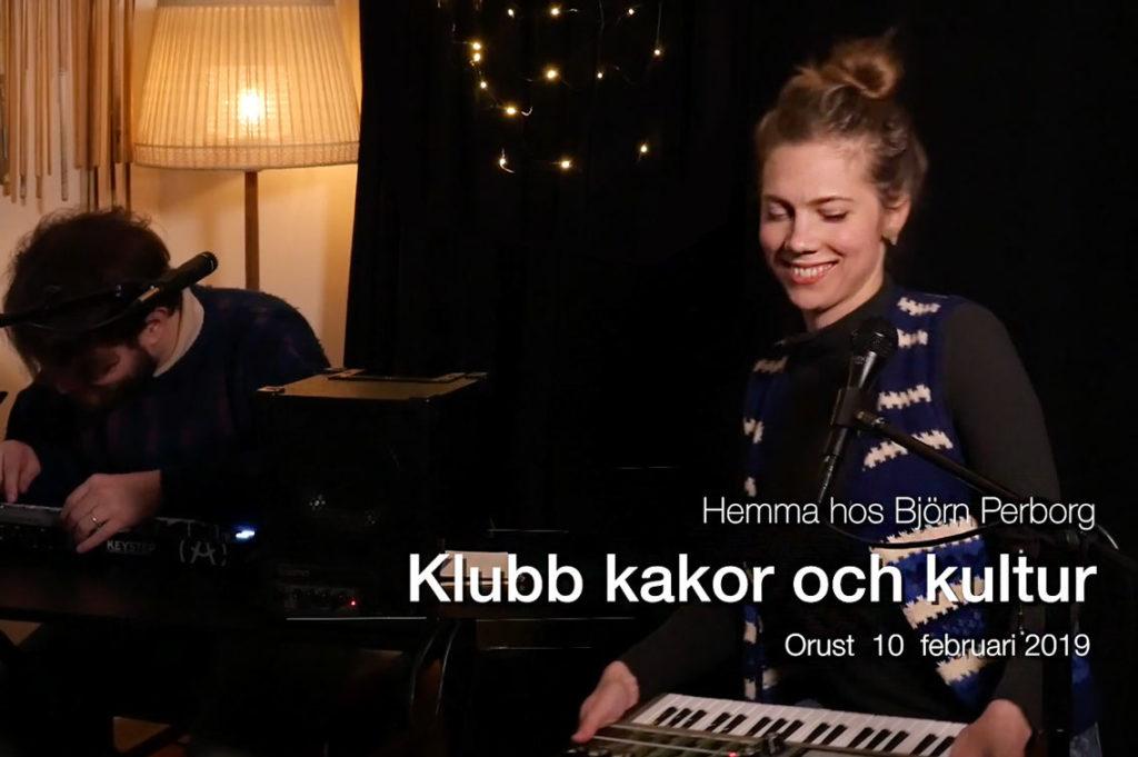 Anna Henriksson & Carl Bäcksten framför Annas låtar hos Klubb Kakor & Kultur, ett arrangemang från orustKONST