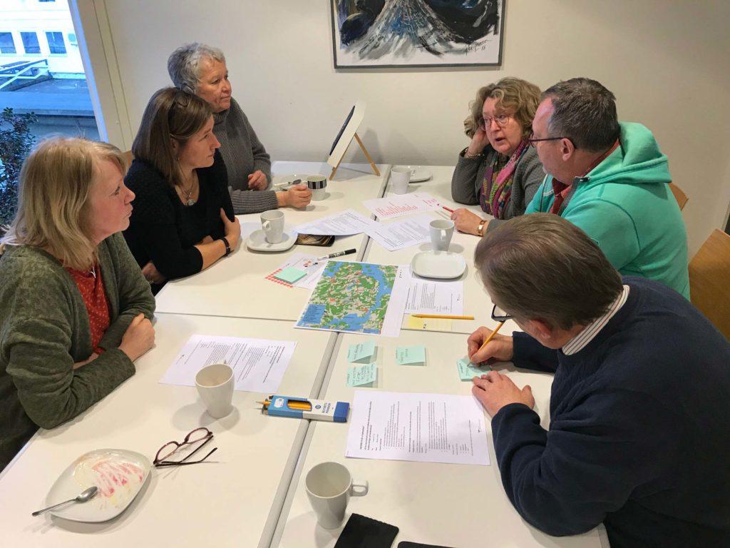 Grupparbete vid bord, workshop, Kajutan, Henån