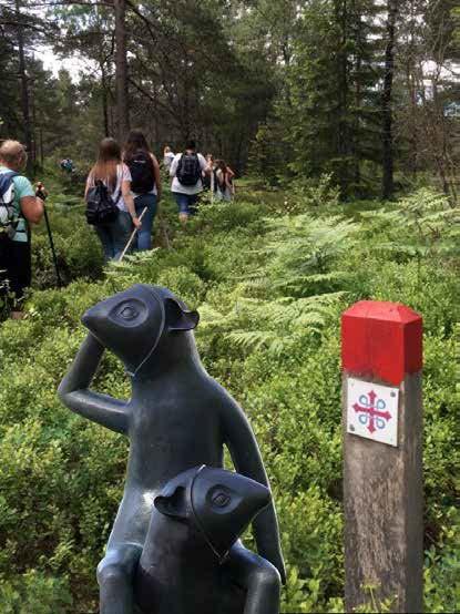 Skulpturer av Ania Pauser i skogen vid Orusts pilgrimsled