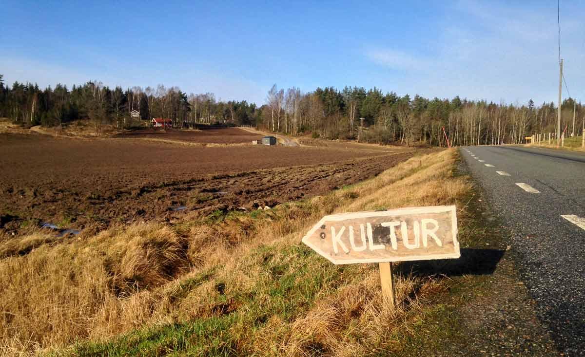 """Orust åker med skylt invid vägen """"Kultur"""""""